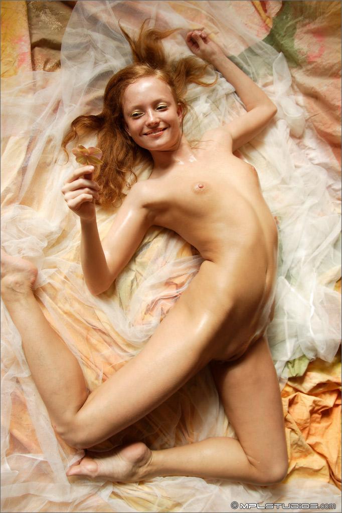 На диване совсем голая,игралась цветком со своей выбритой киской.Она в…