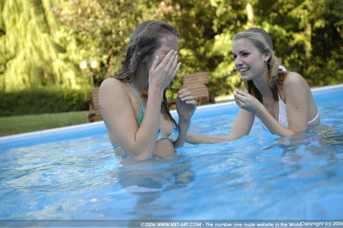 Сняла трусы в бассейне 4 фотография