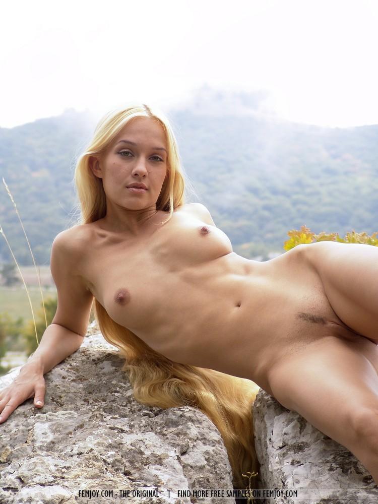 Голая блондинка с длинными волосами фото